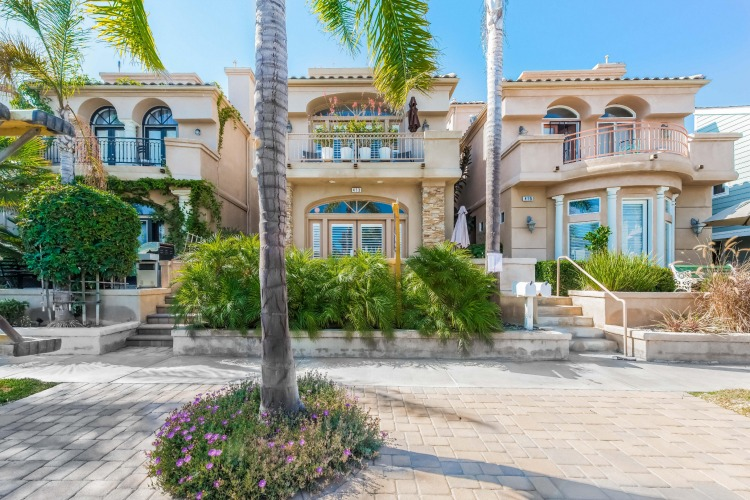 Front of home for sale in Huntington Beach