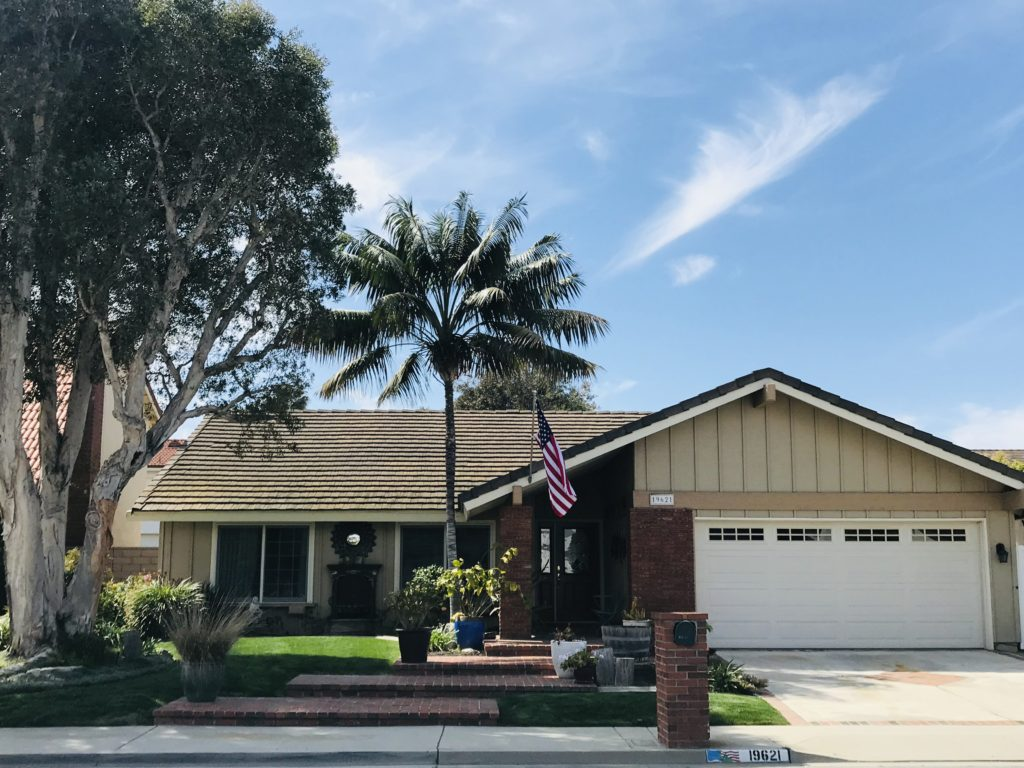 Welcome to your new beach close, SINGLE STORY, interior tract home in this quiet and established Huntington View neighborhood. If the meticulously maintained curb appeal of the front of this home doesn't win you over, come on in.