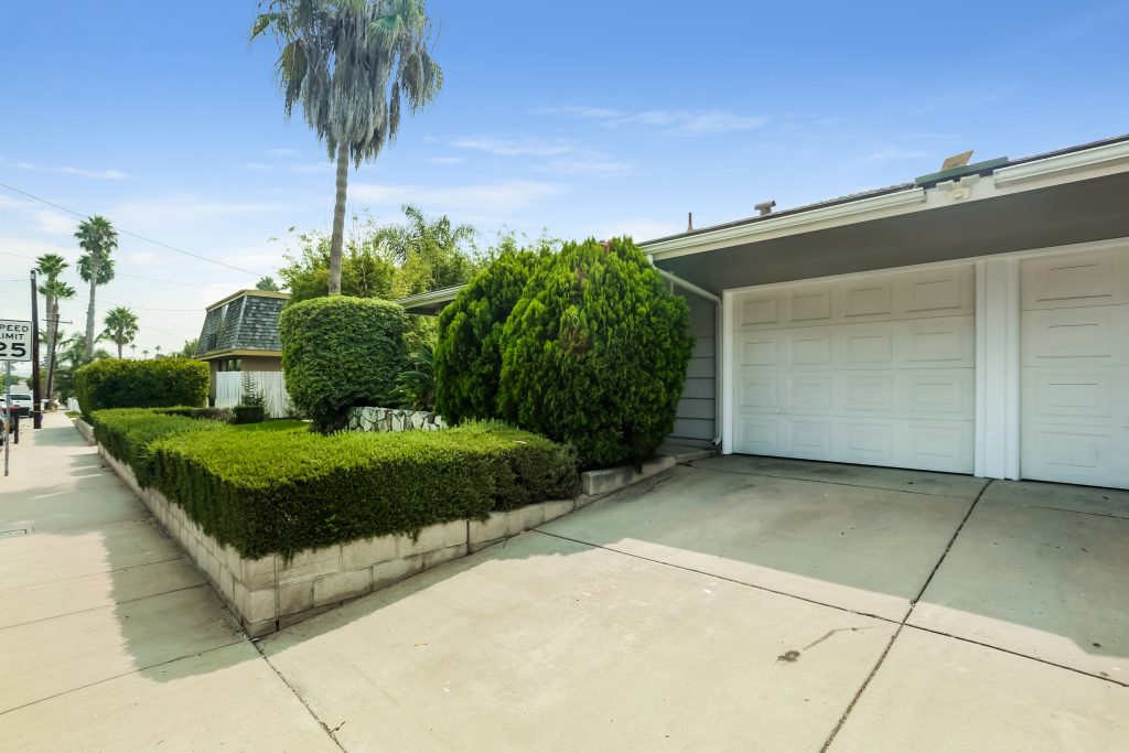 301 & 303 Santa Isabel Ave is a nicely upgraded East Side Costa Mesa duplex. Unit 301 has 2 Beds/1 Bath & Unit 303 has 2 Beds/2 Baths. Both units have a 1 car attached garage and 1 car driveway. Huge back and side yard space. Great long-term tenants paying market rents. A+ Investment Opportunity!